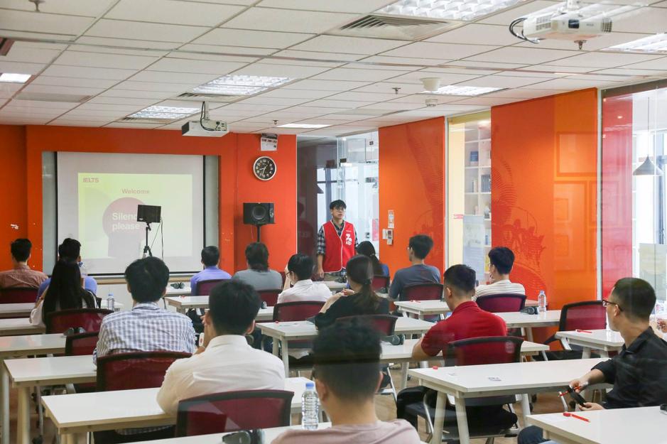 Các thí sinh tham gia kỳ thi thử IELTS do GLN và IDP phối hợp tổ chức